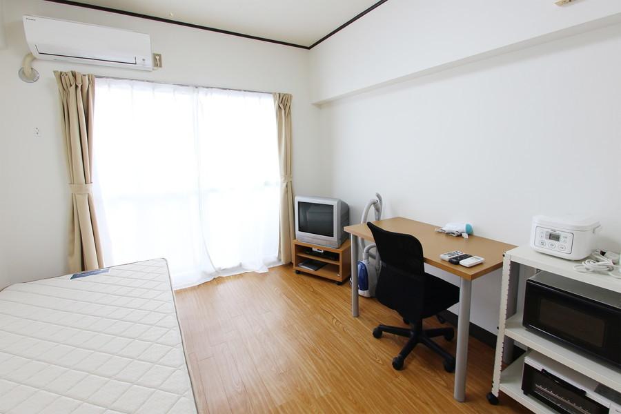 木目調の床と白い壁紙が清潔感のある組み合わせ