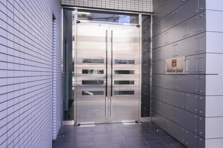 入口は金属の質感が美しい重厚感あるデザイン。