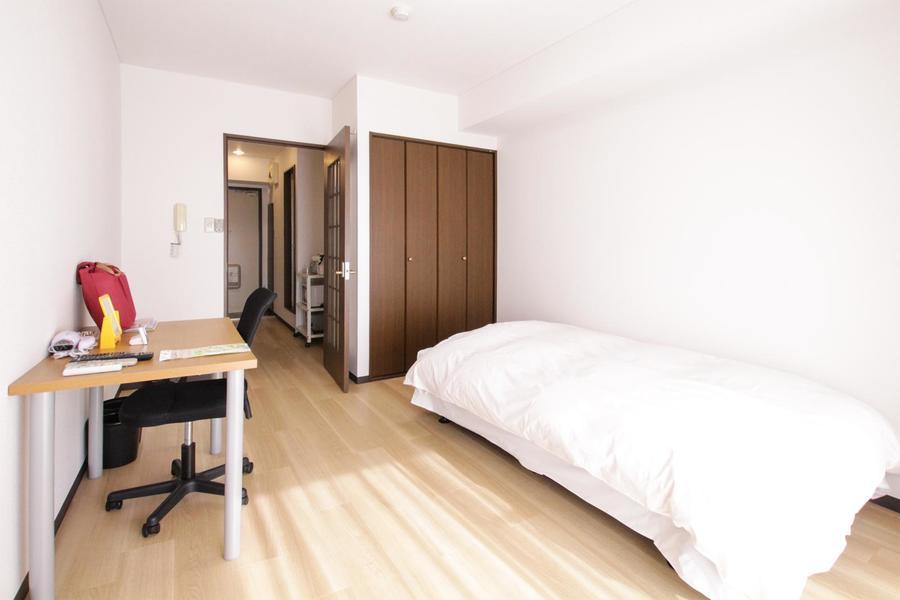 はっきりした木目のフローリングに壁紙の白。やわらかな雰囲気のお部屋です