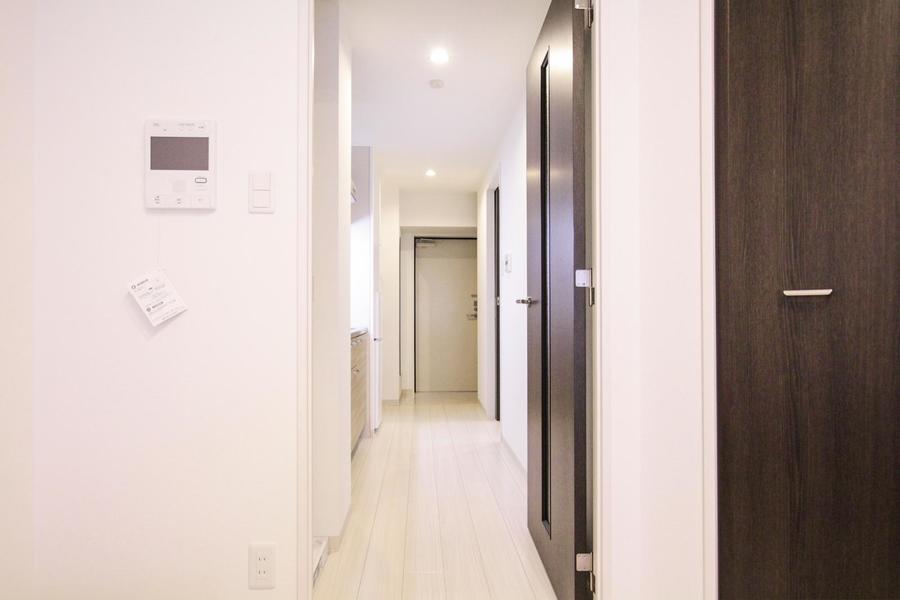 室内と同じくオフホワイトを基調とした廊下は穏やかな雰囲気