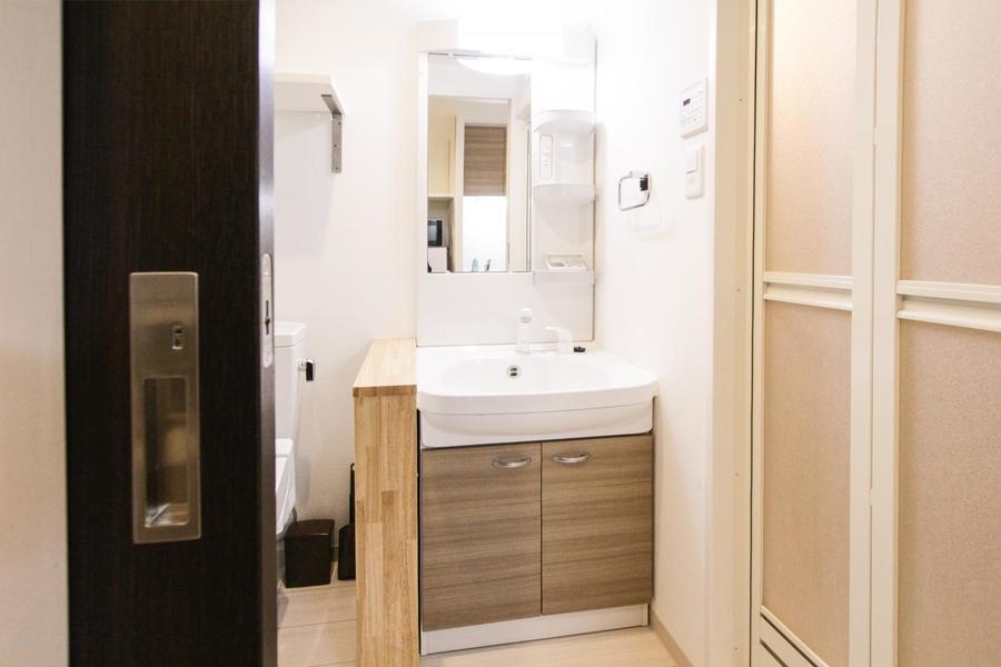 木目の扉があたたかな洗面台。嬉しいシャンプードレッサータイプです