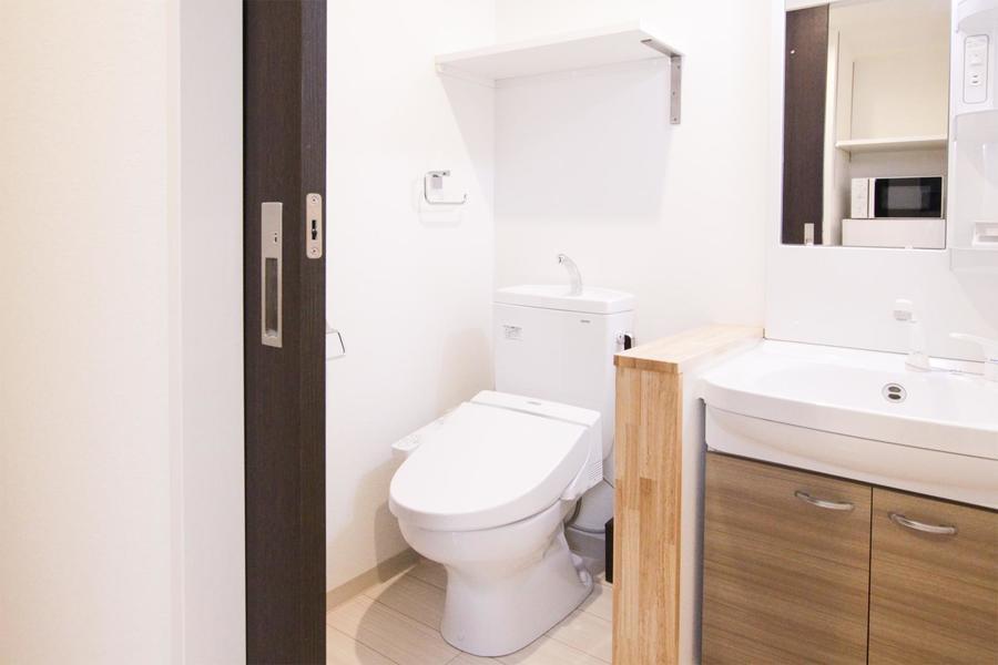 お手洗いはシンプルかつコンパクトに。シャワートイレ搭載です