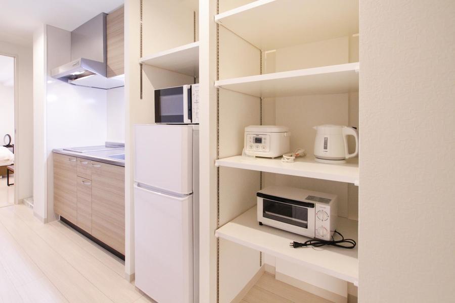 冷蔵庫横には稼働棚。より使いやすくカスタマイズしていただけます
