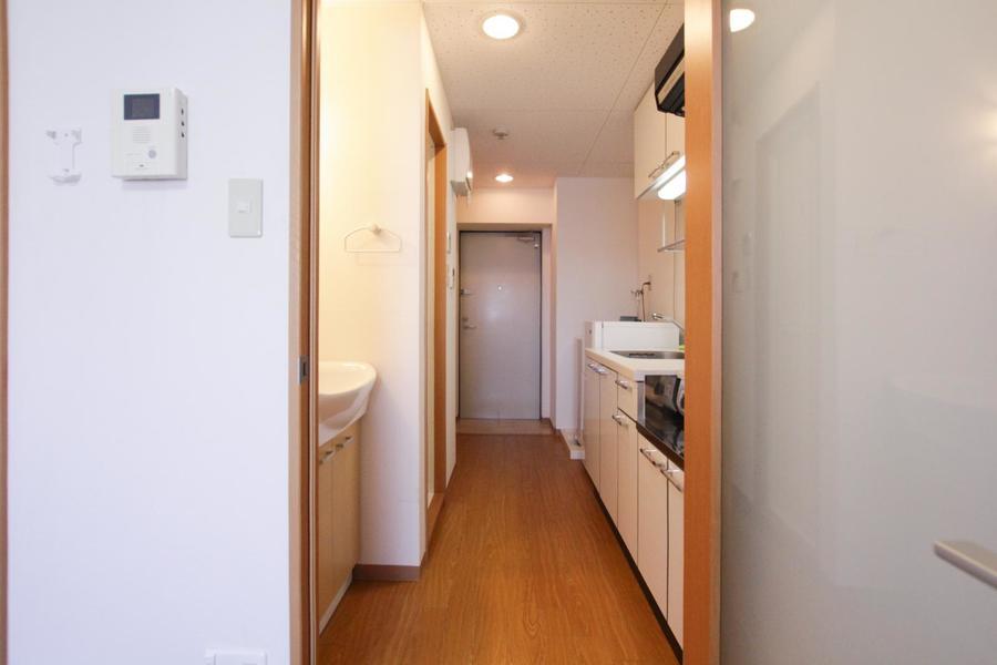 木のあたたかみを感じるフローリングにやさしい色合いの、シンプルで落ち着いた雰囲気のお部屋です。