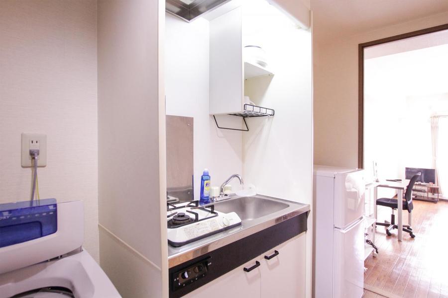 ホワイトを基調としたシンプルな1口ガスコンロのコンパクトキッチン