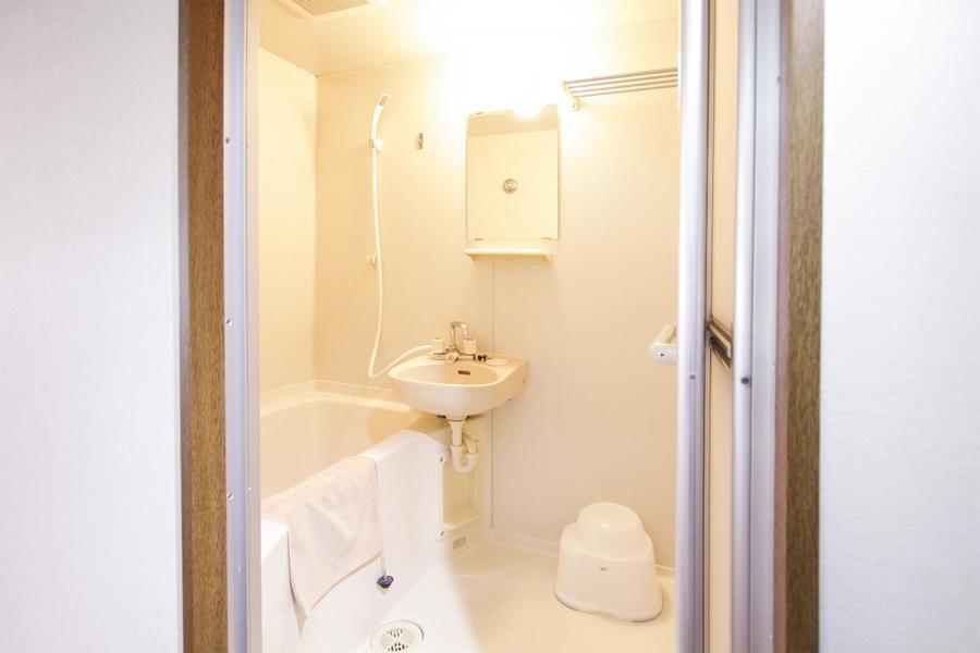 清潔感のある鏡付きのバスルーム