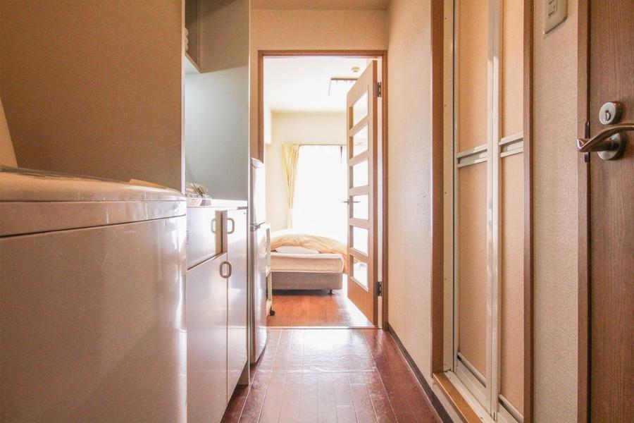 お部屋との間には磨りガラスのドア。プライベート空間をしっかり確保できます