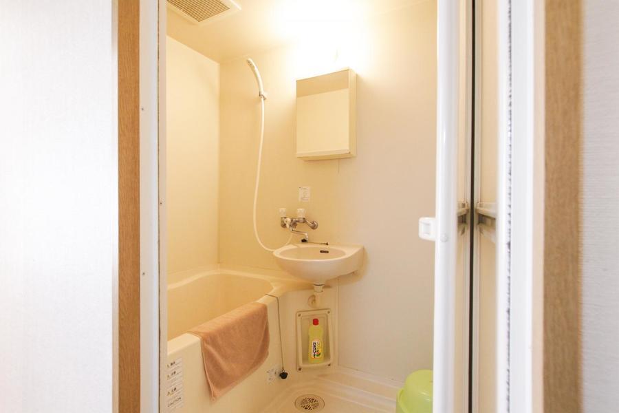 鏡付きのバスルームはシンプルで清潔感があります