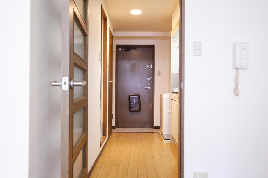 何と言ってもお部屋の広さが魅力。フローリングに木のあたたかみを感じる、落ち着いた雰囲気のお部屋です。
