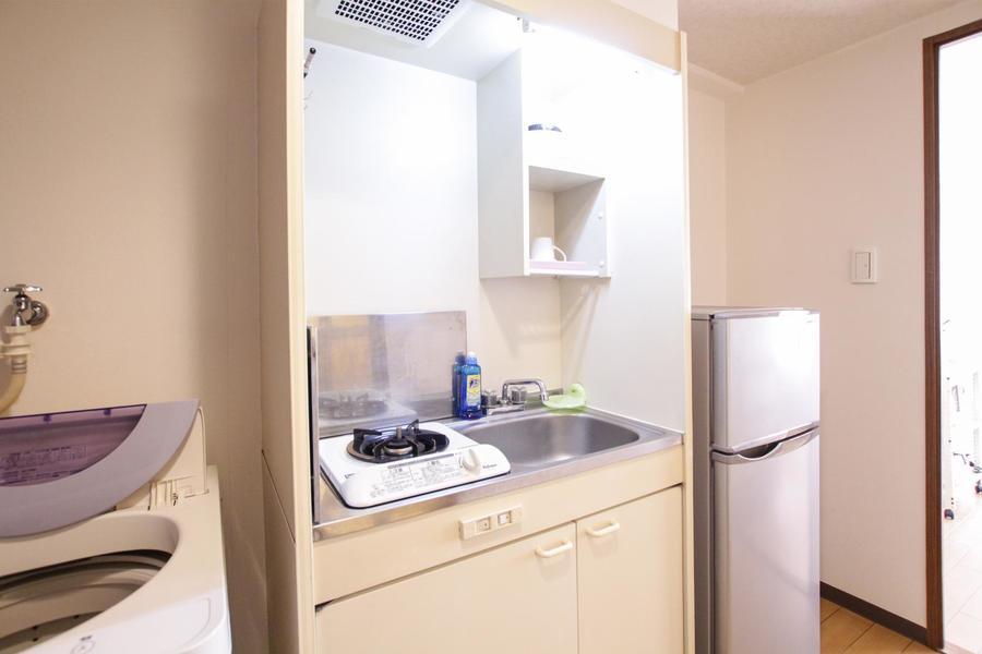 オフホワイトを基調とした、シンプルで清潔感のあるコンパクトキッチン。使い勝手の良い1口ガスコンロです。