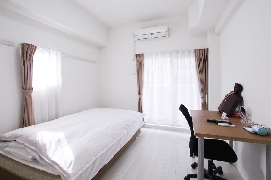 2面窓でたっぷりの光が差し込む明るいお部屋。気持ちよくお過ごしいただけます