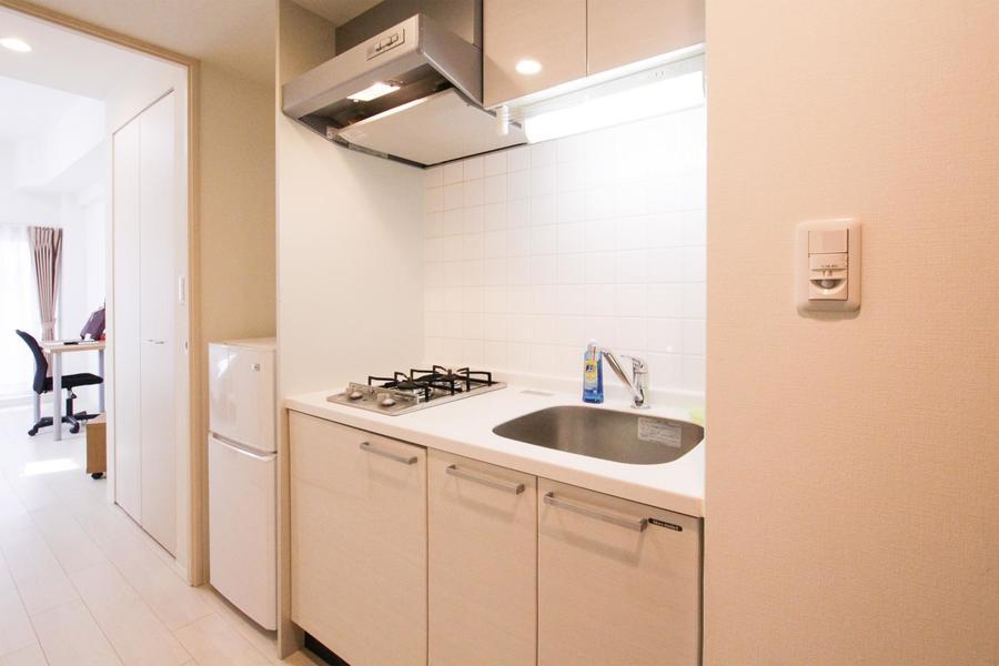 お部屋と同じく淡い色合いのキッチン。おしゃれで開放的な雰囲気です