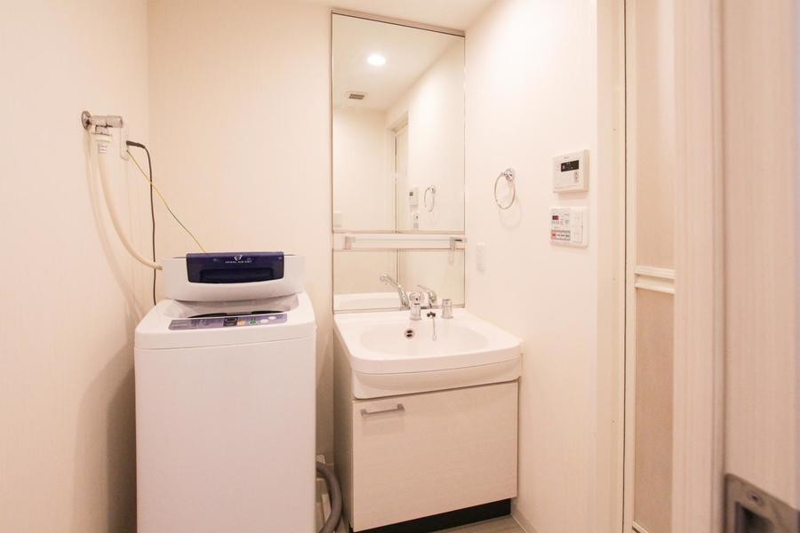 全面鏡張りの洗面台はまるでサロンのよう