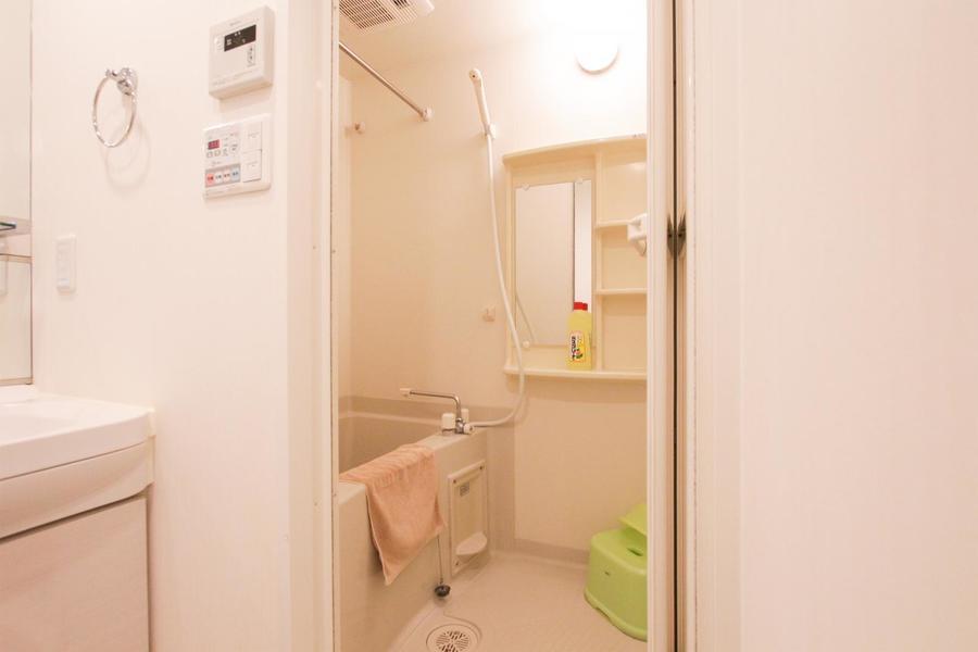 鏡と収納棚つきのバスルーム。浴室乾燥機能搭載です