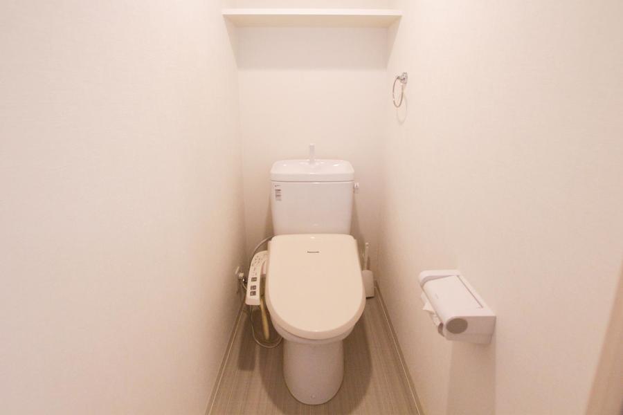 トイレは人気のセパレートタイプ。収納棚も備わっています