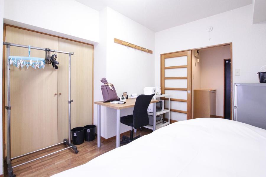 木目のフローリングに白を基調とした、シンプルで落ち着いた雰囲気のお部屋です。大きなクローゼットで収納もすっきり。