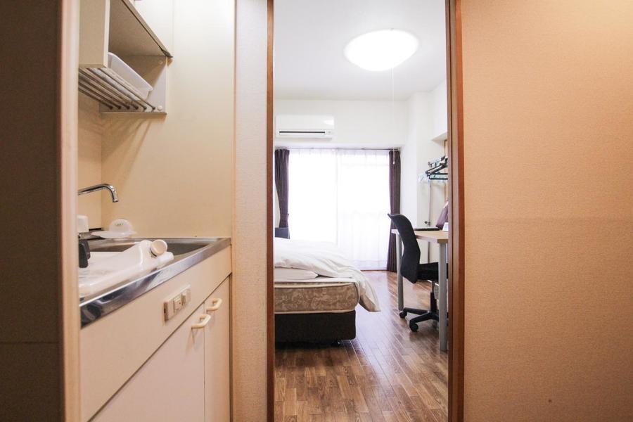 木目のフローリングに白を基調とした、シンプルで落ち着いた雰囲気のお部屋です。