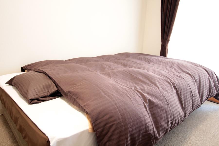 ベッドのリネンはカラーリングを変更し、落ち着いた色合いになりました