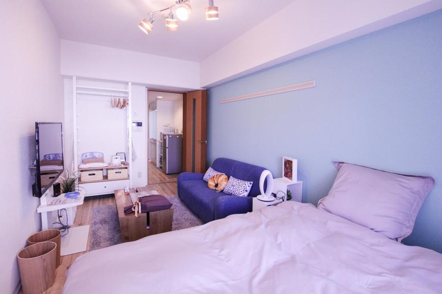アクセントクロスをはじめソファやベッドなどの色合いに徹底的にこだわりました