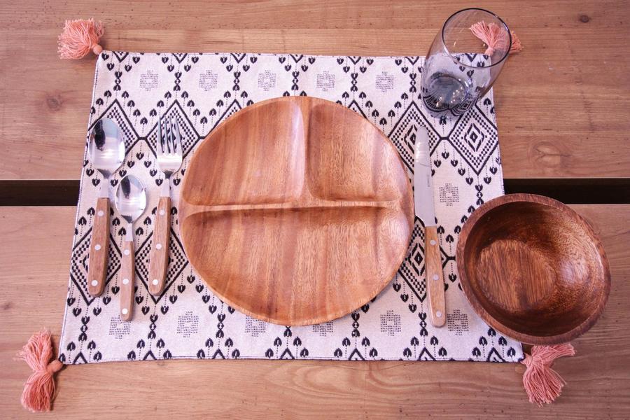 あたたかみのある木製カトラリー。食器もお部屋にあわせてセレクト