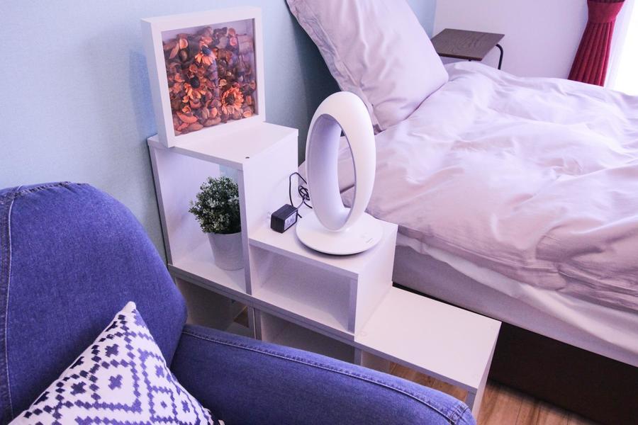 ベッドサイドの照明は広げるとデスクライトにも早変わり