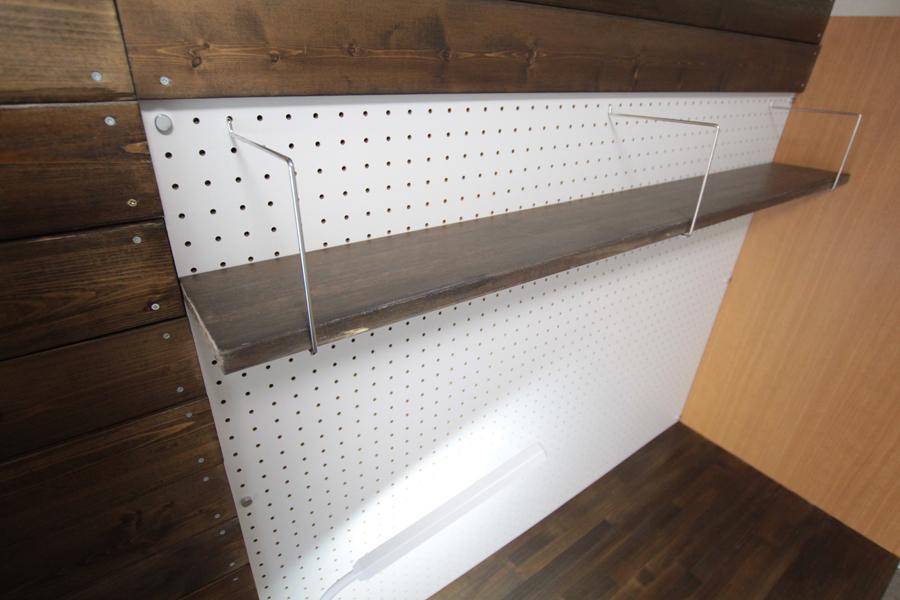 作業机前面の有孔ボードには、棚がございます