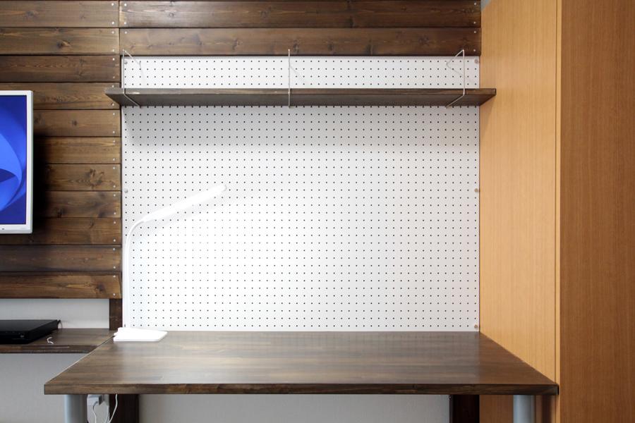 作業机の正面は有孔ボードになっております