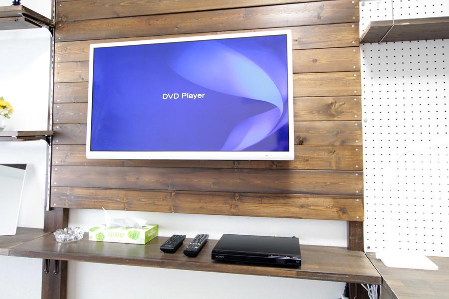 テレビ台ではなく壁掛けタイプにすることでよりすっきりした印象に