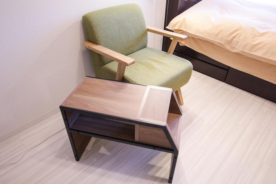 サイドテーブルは置き方で2通りの使い方ができるすぐれもの