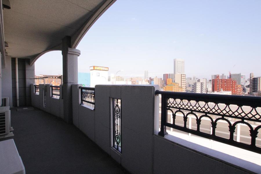 高級感あふれる美しいデザインのベランダは広々。都心の景色を一望できます。