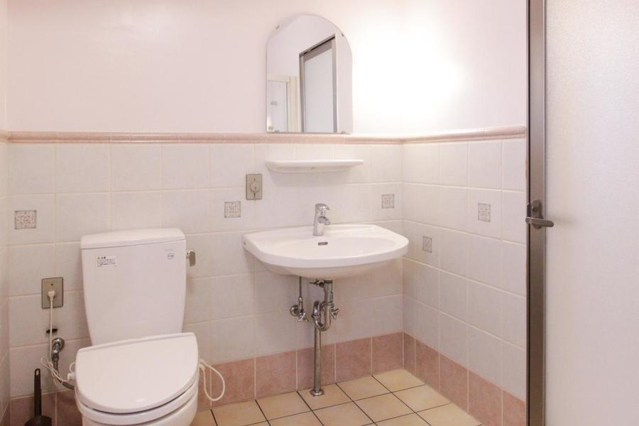 バスルームに位置するこちらの洗面台はどこか洋画のような雰囲気