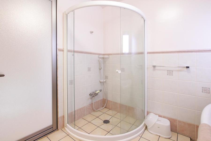 こちらも映画の世界のようなおしゃれなガラスのシャワールーム