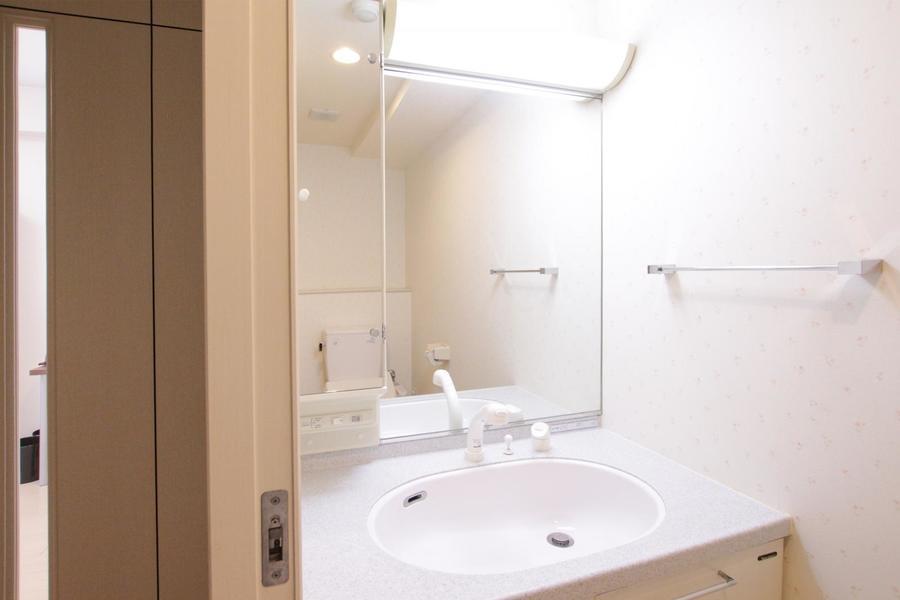 独立洗面台は大きな鏡が特徴。ハンドシャワー付きで朝の身だしなみも快適に