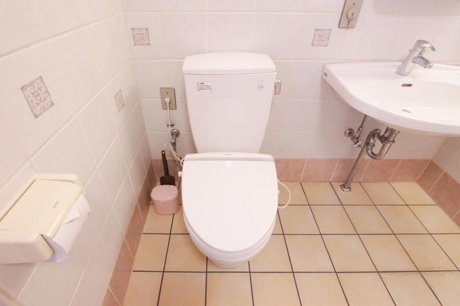 バスルーム内のお手洗いもシンプルながら浴室全体の雰囲気にマッチしています