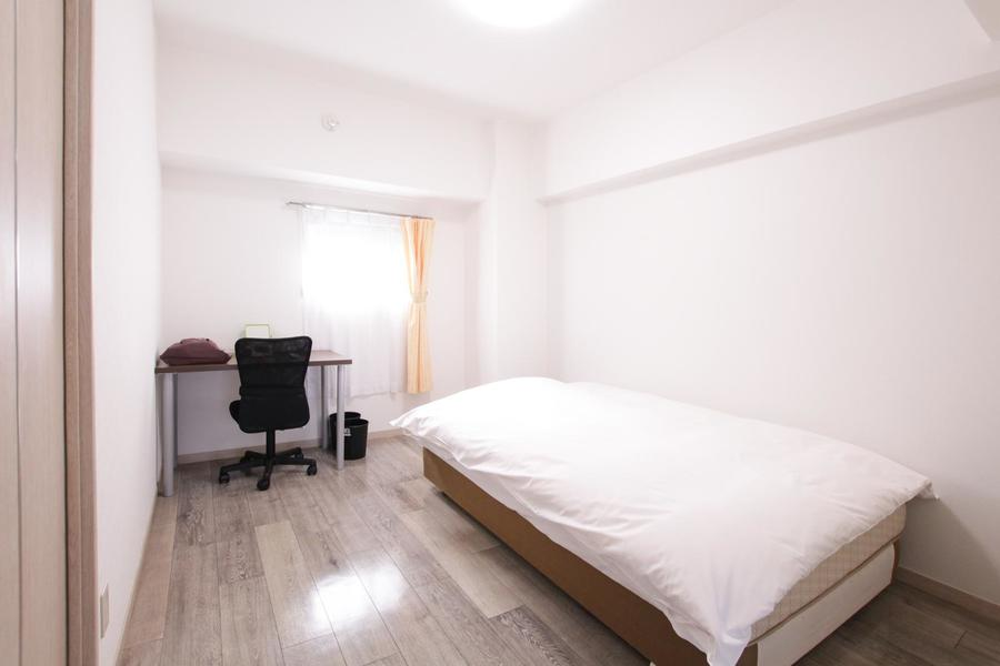 白を基調としたシンプルで落ち着いた雰囲気の寝室
