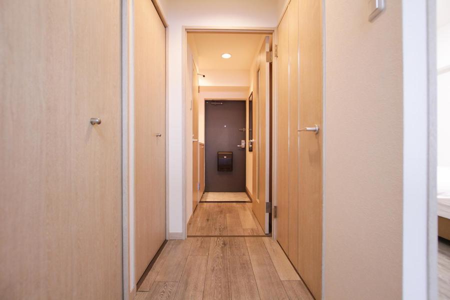 あたたかみのある木目のドアが落ち着いた雰囲気。玄関には大きな鏡もあります