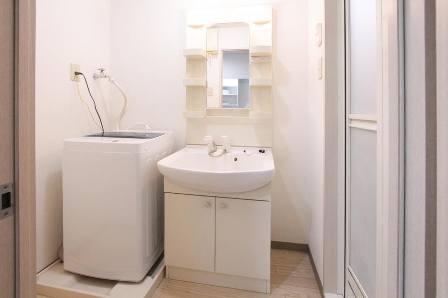 独立洗面台はシャワー・鏡付きで身だしなみもバッチリ