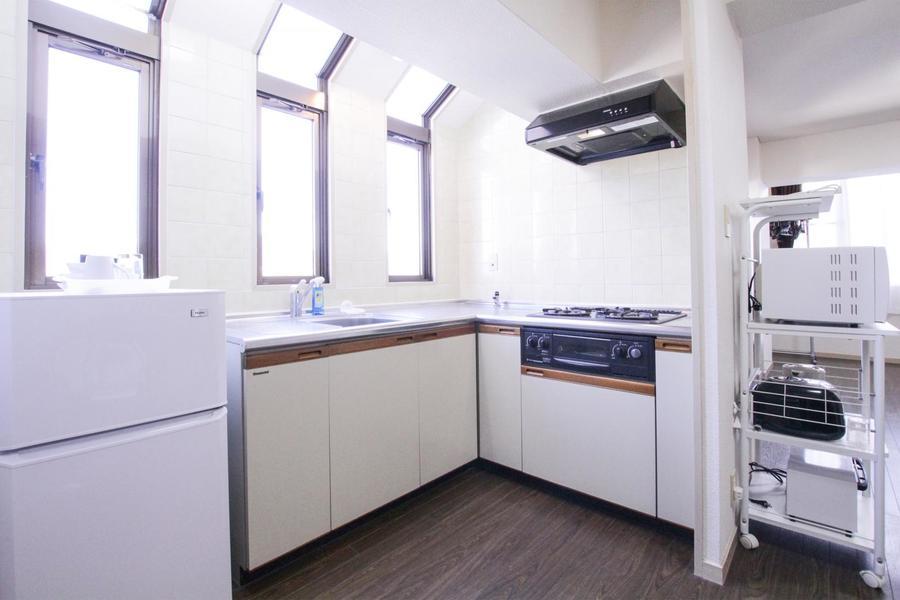 窓から降り注ぐ明かりが眩しいキッチン。毎日のお料理も楽しくなりそうですね