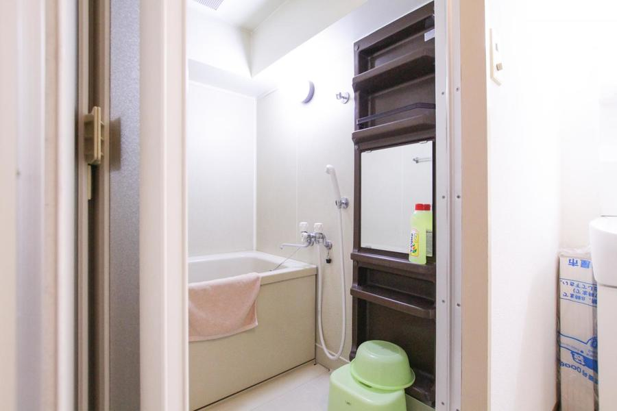 大きな鏡と収納棚がインパクト大のバスルーム