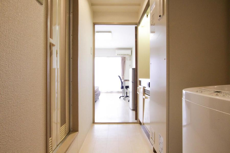 キッチン周辺もお部屋と同じ壁紙でまとめられています