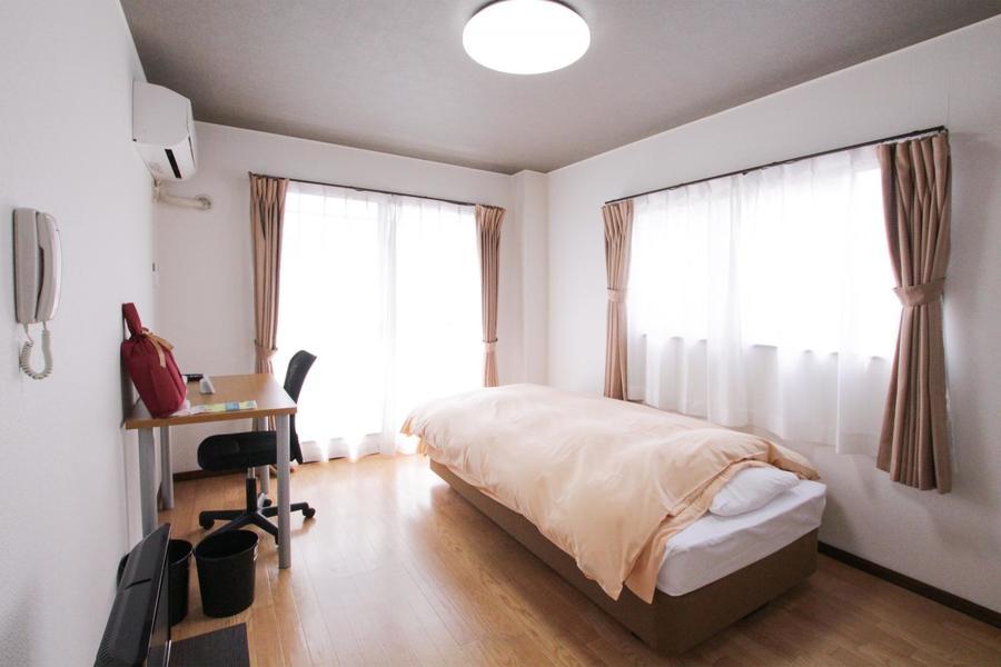 2面の大きな窓でたっぷりの光が降り注ぐ明るいお部屋