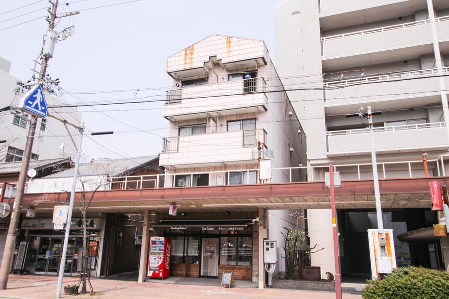 近鉄・JR両駅とも徒歩圏内の便利な立地。周辺は商店と住宅が多く見られます