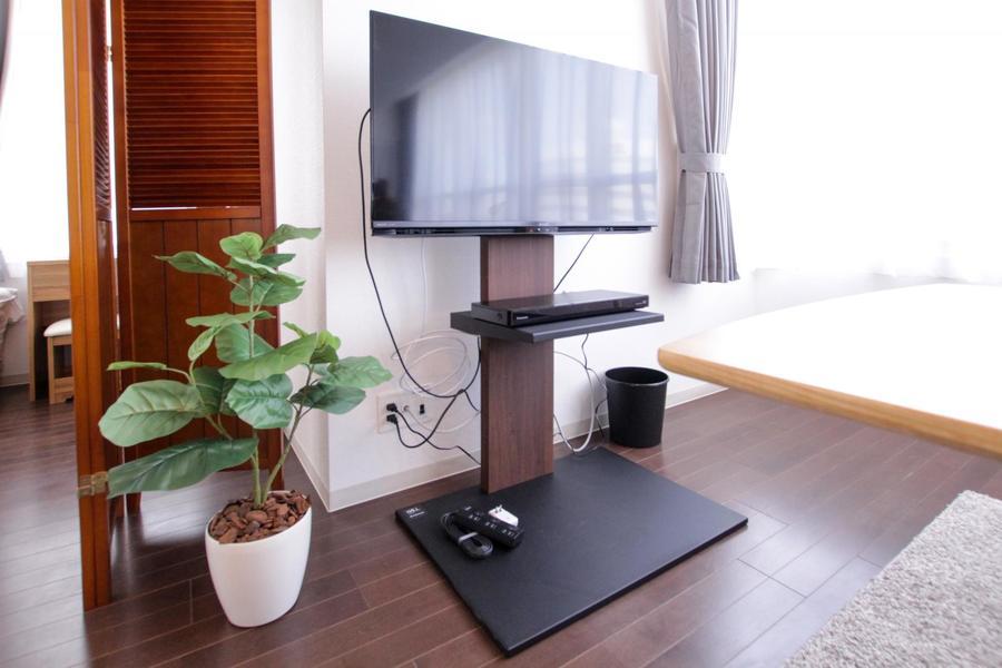 テレビ台ではなくスタンドを採用することでスタイリッシュな空間に