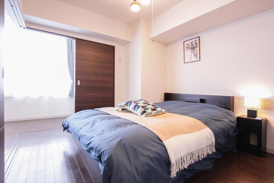 主寝室はリビングに隣接。たっぷりとしたダブルベッドを採用しています