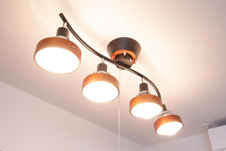 寝室の照明もリビングと同じくシーリングスポット。あたたかみのある色合いです