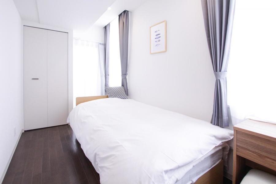 リビング奥には副寝室。2面の窓で明るいお部屋です