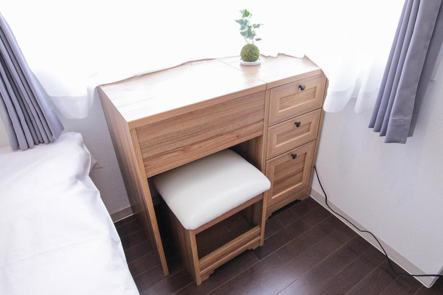 ベッド足元にはデスクを設置。引き出し付きで大切なものの収納場所としても