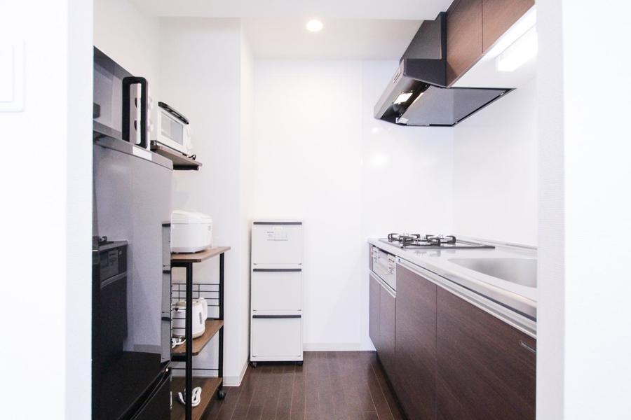 キッチンには冷蔵庫、レンジなどのキッチン家電を配置しています