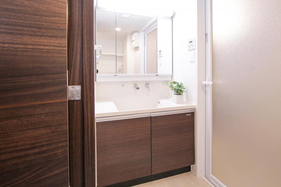 大きな鏡が特徴の洗面台。毎朝の身だしなみチェックにご活用下さい