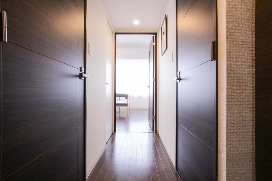 玄関からリビングを臨む。扉の部分は段差が少なく、暗い中でも安心です